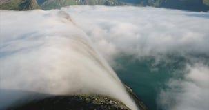 Opacifie la cascade en montagnes au-dessus de nature de la Norvège de fjord banque de vidéos