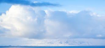 Opacifie la formation au-dessus de la mer, photo de fond Image libre de droits