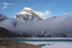 opacifie la montagne de l'Himalaya passant la vallée Photographie stock