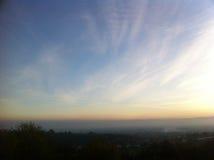Opacifie le ciel au-dessus de la colline Image stock