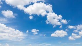 Opacifie le ciel bleu photo libre de droits