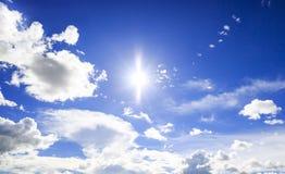 Opacifie le ciel bleu Photographie stock