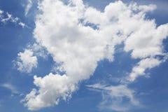 Opacifie le ciel bleu Image stock