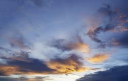 Opacifie le ciel bleu Photos stock
