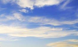 Opacifie le ciel bleu Photo stock