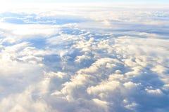 opacifie le ciel de ciel Vue de la fenêtre d'un vol d'avion Image libre de droits