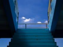 Opacifiez avec coloré de jour et l'escalier de fond de ciel bleu Images stock