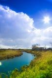 Opacifiez dans le ciel d'automne au-dessus du lac Image libre de droits