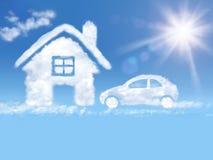 Opacifiez la maison et le véhicule dans le ciel bleu et le soleil brillant Photographie stock libre de droits