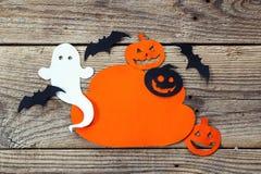 Opacifiez le cadre avec le fantôme, le potiron et les battes coupés du papier heureux Photo libre de droits