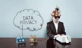 Opacifiez le texte de copie de confidentialité des données avec l'homme d'affaires de vintage au bureau Images stock