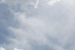 Opacifiez sur le fond de ciel bleu, les éléments de conception, nature de ciel dedans Image libre de droits