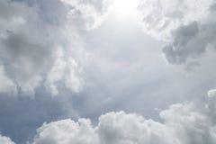 Opacifiez sur le fond de ciel bleu, les éléments de conception, nature de ciel dedans Photo stock