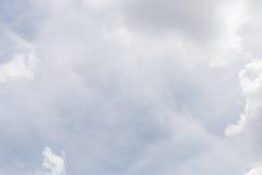 Opacifiez sur le fond de ciel bleu, les éléments de conception, nature de ciel dedans Images libres de droits