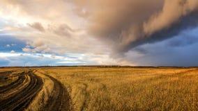 Opacifiez, un ouragan dans un domaine rural en automne, Russie, Ural Photos stock
