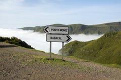 Opacité dans la vallée, poteau indicateur sur le parking, Rabacal, île de la Madère, Portugal photos stock