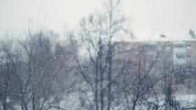 Opad śniegu dla medytacji Mknący ciężki opad śniegu w mieście w zwolnionym tempie zbiory wideo
