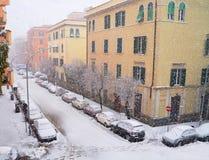 Opad śniegu na budynkach w zimie Fotografia Stock