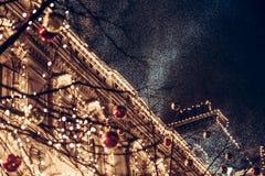 Opad śniegu podczas boże narodzenie nocy w Europe miasteczku Zdjęcia Royalty Free