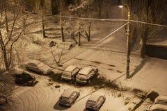 Opad śniegu w mieście przy nocą Zdjęcia Stock