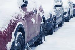 Opad śniegu w mieście, samochody przytłaczający z śniegiem fotografia royalty free
