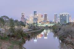 Opad śniegu wzdłuż zalewisko brzeg rzeki Houston i śródmieścia Obraz Royalty Free