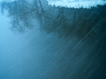 Opad śniegu na rzece Zdjęcie Stock