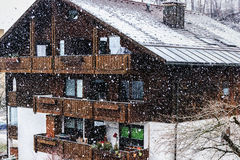 Opad śniegu w Bawarskiej wiosce Zdjęcie Stock