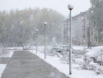 Opad śniegu w miasto ulicie Zdjęcie Royalty Free