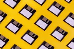 Opadające przechowywanie danych dyskietki Na Żółtym tle Stary Retro Te fotografia stock