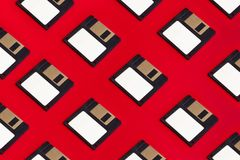 Opadające przechowywanie danych dyskietki Na Czerwonym tle Stary Retro Techn fotografia royalty free