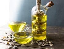 opadowego oleju stylizowany słonecznik butelki ścinku szklany odosobniony kopalny ścieżki wody biel Zdjęcia Royalty Free