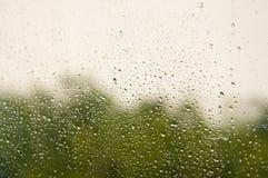 Opady deszczu na taborowym okno z dwa colours tłem Obrazy Stock