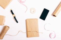 Opakunkowi prezenty na białym stole Fotografia Stock