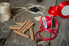 Opakunkowi prezenty przygotowanie, akcesoria na drewnianym biurku Zdjęcia Stock