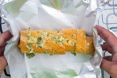 Opakunku kiełbasiany chleb z folią Fotografia Stock
