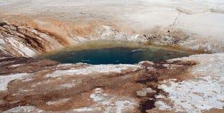 Opal Pool i den halvvägs Geyserhandfatet i den Yellowstone nationalparken i Wyoming Arkivbilder