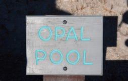Opal Pool undertecknar in den halvvägs Geyserhandfatet i den Yellowstone nationalparken i Wyoming Royaltyfri Bild