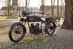 Opalenica, Polen - 12. Dezember 2017 Das Monument von Lech-Motorrad, das erste Motorrad hergestellt in Polen Lizenzfreies Stockbild