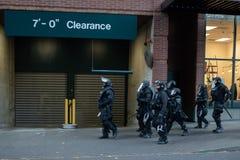 Opancerzony milicyjny oddział patroluje ulicę zdjęcie royalty free