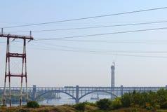 Oparcie linie energetyczne na tle most Fotografia Royalty Free