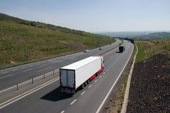 Oparno, república checa - 20 de abril de 2019: camion e carro na estrada D8 em montanhas centrais checas fotografia de stock