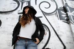 oparta dziewczyny ściana Zdjęcie Royalty Free