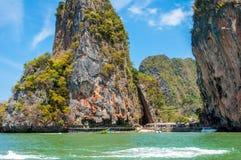 Oparta skała przy Phang Nga zatoką, Tajlandia Zdjęcie Royalty Free