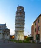 Oparty wierza Pisa przy półmrokiem, Tuscany, Włochy Zdjęcie Royalty Free