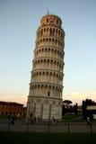 Oparty wierza Pisa przy półmrokiem, twilig/(Włochy) Obraz Royalty Free