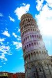 Oparty wierza Pisa w Włochy przeciw niebieskiemu niebu Zdjęcia Stock