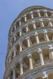 Oparty wierza przy piazza Dei Miracoli w Pisa Obrazy Stock
