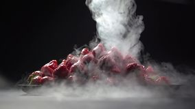 Opary ciekły azot nalewa na talerzu truskawki zbiory wideo