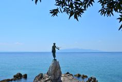 Opatija/Croácia - 28 de junho de 2011: Donzela da escultura com a gaivota pelo carro de Zvonko foto de stock